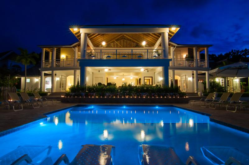 FAIRWAY MANOR is a 7-bedroom, 10,000-square-foot, fully-staffed deluxe private villa. Located in Spring Farm, it is in a neighborhood of other fine homes on the hill above Half Moon Bay. - Fairway Manor - Montego Bay - rentals