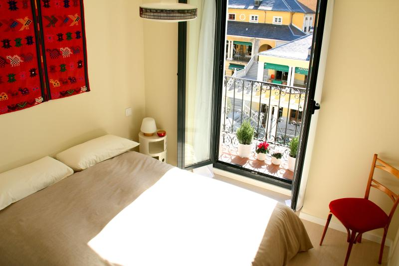Sunny bedroom with a balcony - Central & Cute APT., 1BD with balcony, WIFI - Madrid - rentals