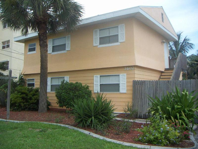 Front View of the Cocoa Beach Cottage - Cocoa Beach Cottage - Cocoa Beach - rentals