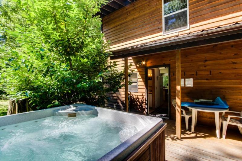 Vintage mountain lodge w/ dog-friendly attitude, private hot tub & three decks! - Image 1 - Welches - rentals