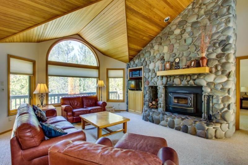 Dog-friendly lodge w/ private hot tub & SHARC access! - Image 1 - Sunriver - rentals