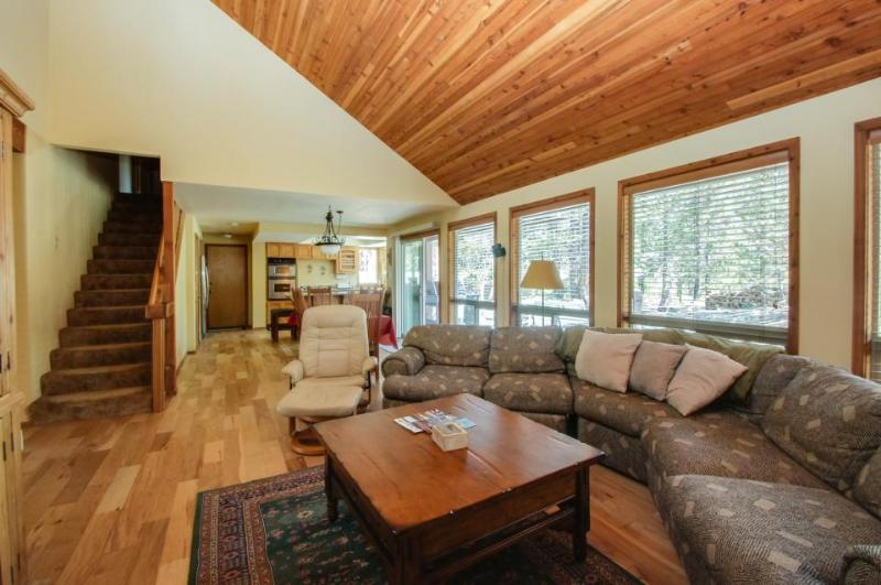 Cozy home w/ private hot tub, SHARC passes, entertainment, near golf & river - Image 1 - Sunriver - rentals