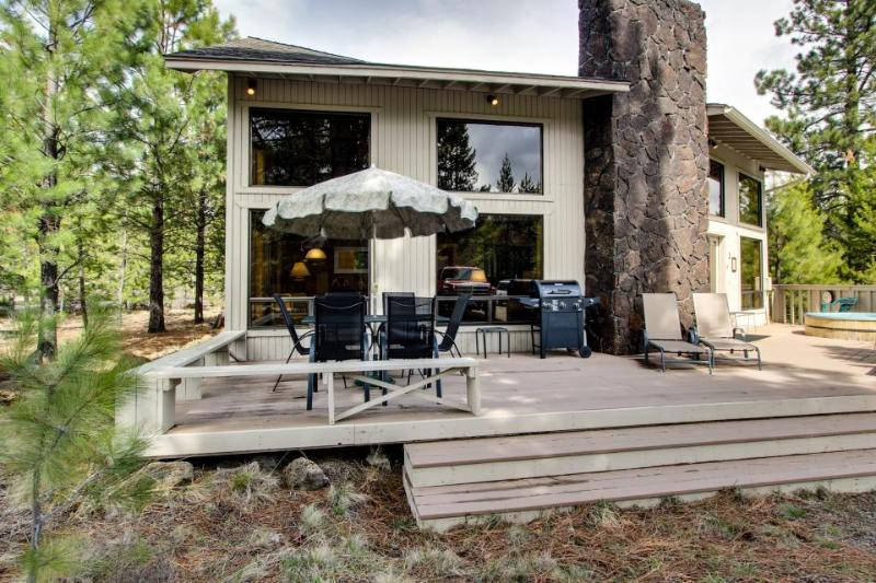 Cozy home with private hot tub & SHARC access - Close to Sunriver Village - Image 1 - Sunriver - rentals
