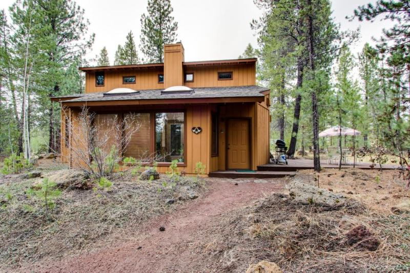 Pet & family friendly, w/ private hot tub & SHARC access! - Image 1 - Sunriver - rentals