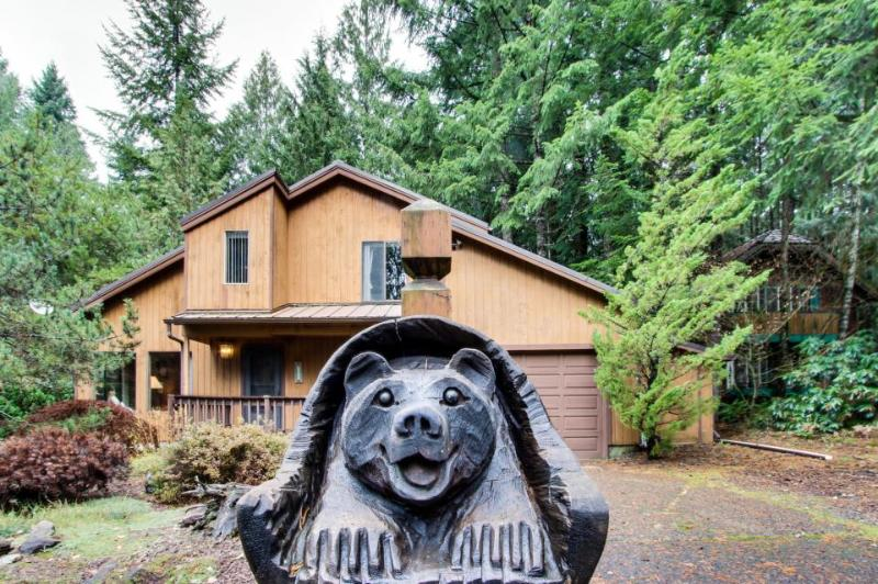 Spacious Mt. Hood lodge with private backyard hot tub and shared pool & sauna! - Image 1 - Rhododendron - rentals