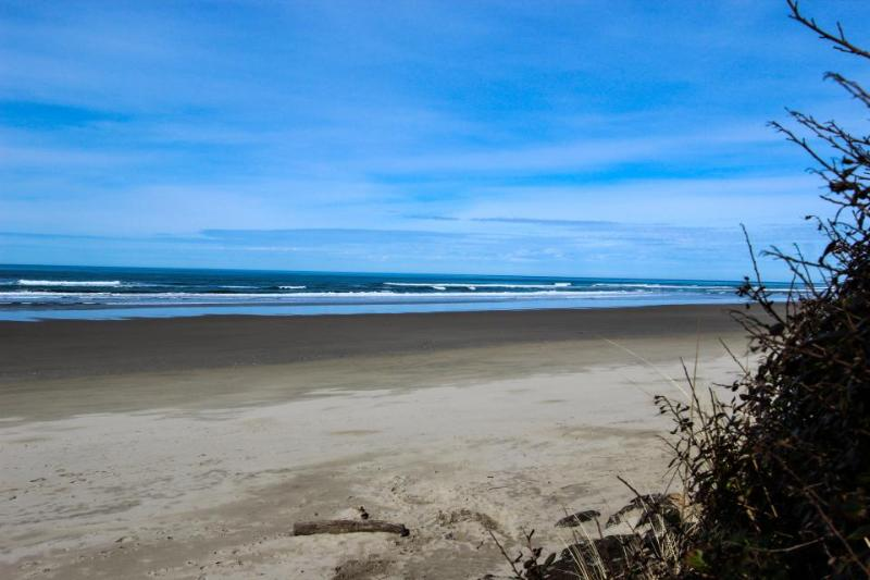 Quiet, pet-friendly home with a backyard & path to beach - Image 1 - Yachats - rentals