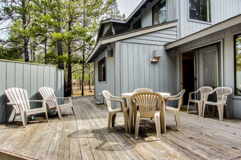 Bright, dog-friendly home w/ private hot tub & SHARC passes! - Image 1 - Sunriver - rentals