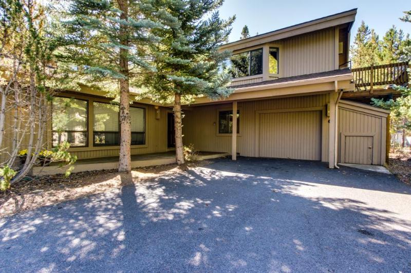 Dog-friendly mountain cabin w/ private hot tub & SHARC passes - Image 1 - Sunriver - rentals