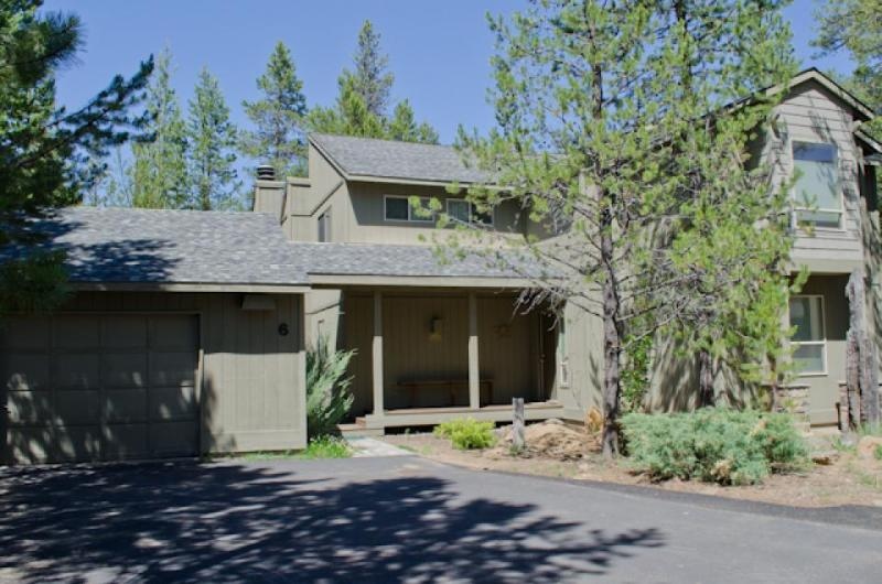Family-friendly home with SHARC passes, private hot tub - near Mt. Bachelor! - Image 1 - Sunriver - rentals