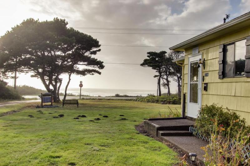 Dog-friendly, vintage-feel cottage close to beach! - Image 1 - Waldport - rentals