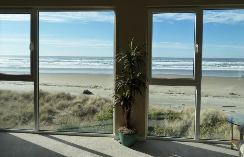 Pretty views of Pacific from dog-friendly, oceanside home - Image 1 - Rockaway Beach - rentals