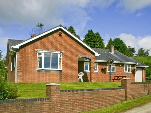 GWYNFAN BUNGALOW, pet-friendly, beautiful views, open fire, Ref 23510 - Image 1 - Llanyre - rentals