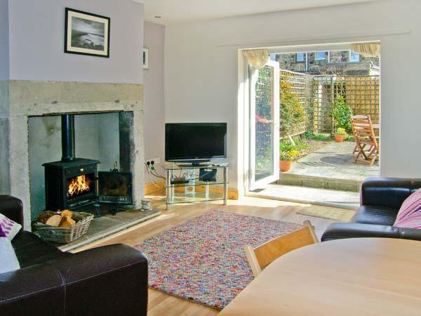 2 BAY VIEW, fantastic coastal views, woodburner, pet-friendly, in Amble, Ref. 24822 - Image 1 - Amble - rentals