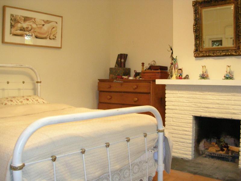 Bedroom with fire place - Quintesential Victoria garden suite - Victoria - rentals
