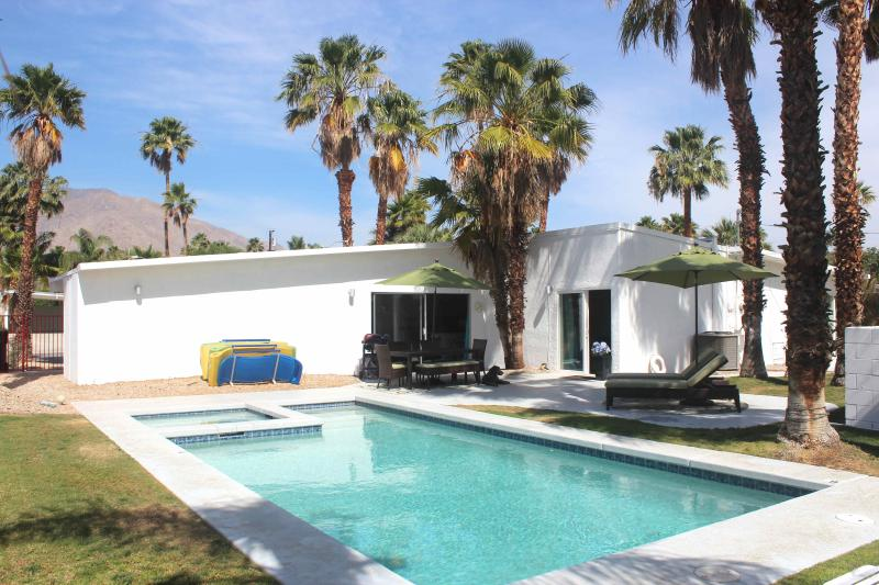 Another view of the backyard. - Shiny 1959 Mid-Century Modern withView, Bikes, Spa - Palm Springs - rentals