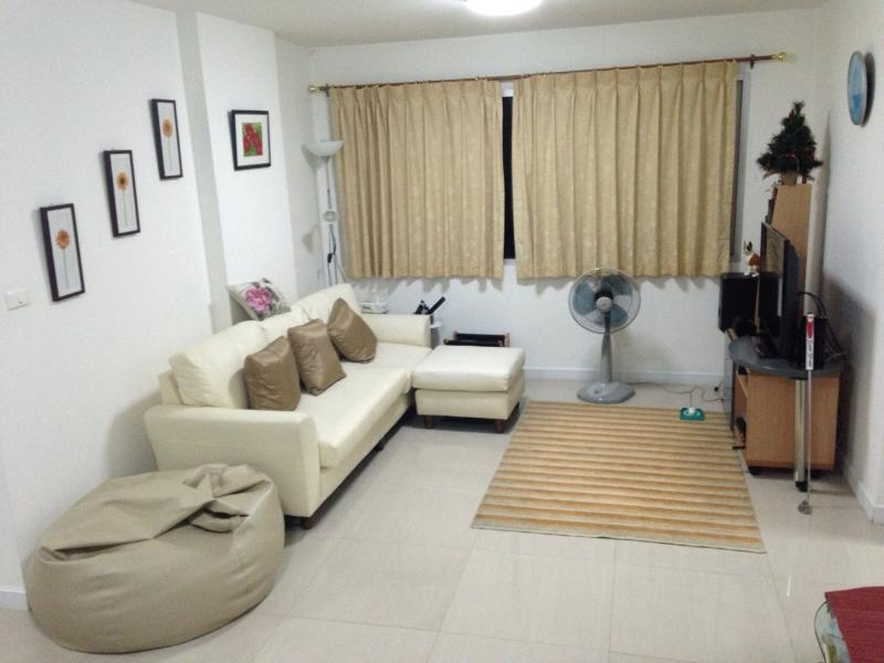 Living room - Condo on skhuvmit road near BTS station for rent - Bangkok - rentals
