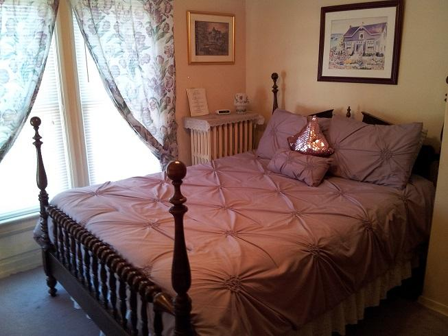 Antique Queen with Private Bathroom - Antique Queen Bedroom Andrea's Bed and Breakfast - Niagara Falls - rentals