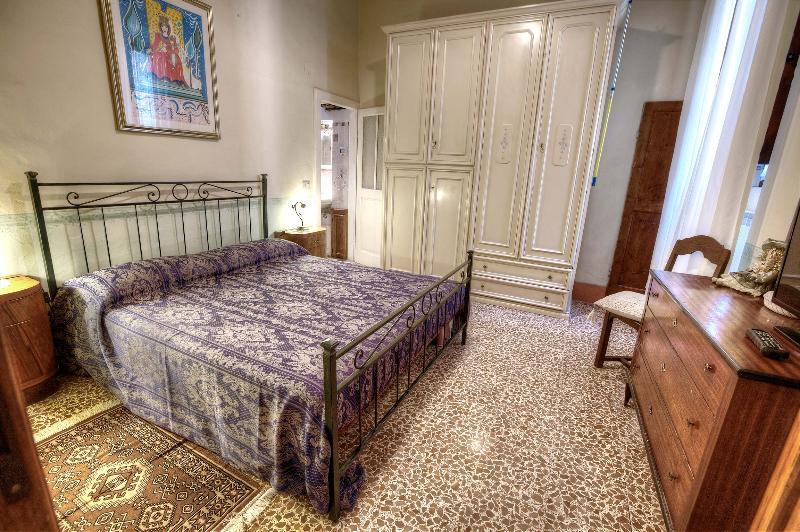 Bedroom double bed - Quintani Sole central apartment - Cortona - rentals