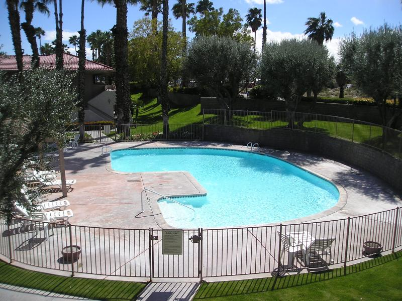 Beautiful huge, clean Swimming Pool that will invite you to take a Dip in those early mornings - Fantastic I bedroom Condo - Palm Springs - rentals