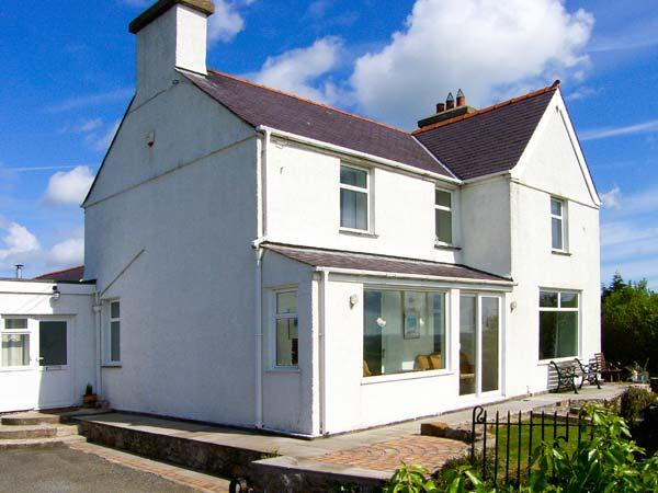 CARTREFLE, two woodburners, en-suite bathroom, detached property, in Benllech, Ref 29536 - Image 1 - Benllech - rentals