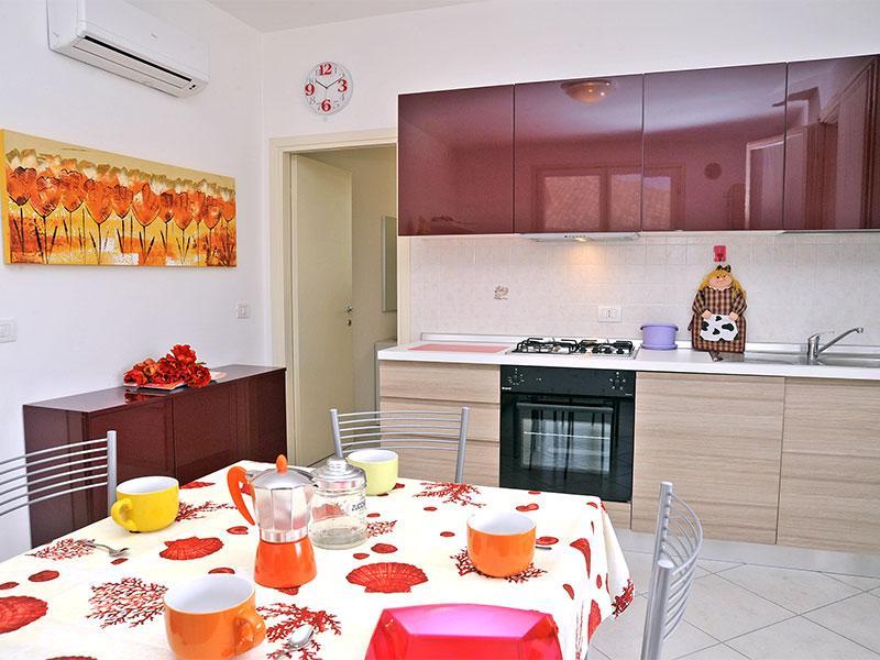 Soggiorno con cucina a vista - Villetta Best  piano terra, ampio cortile privato - Lido delle Nazioni - rentals