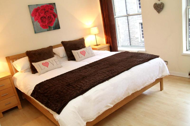 Double Bedroom with Superkingsize Bed - Chic Apartment in the Heart of Edinburgh Old Town - Edinburgh - rentals