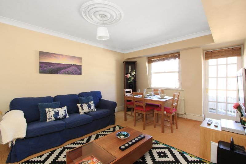 Beautiful living room with dining table - ---> HYDE PARK + VIEWS + Balcony! 2 BED 2 BATH -- - London - rentals