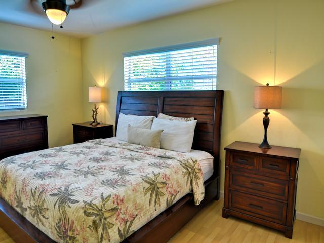 King size bed in the master bedroom - Largo Pool House Live like a Local | 3 Bedroom 2 Bath for your home base | Largo - Largo - rentals