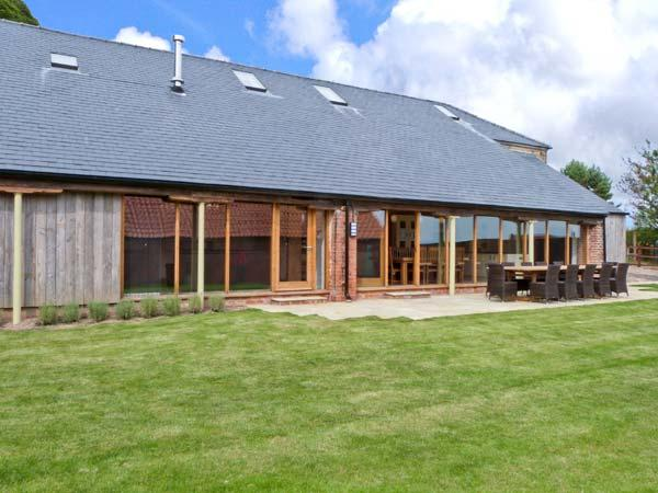 RANBY HILL BARN, luxury barn conversion, en-suite bedrooms, hot tub, games room, enclosed garden, near Horncastle, Ref 25054 - Image 1 - Horncastle - rentals