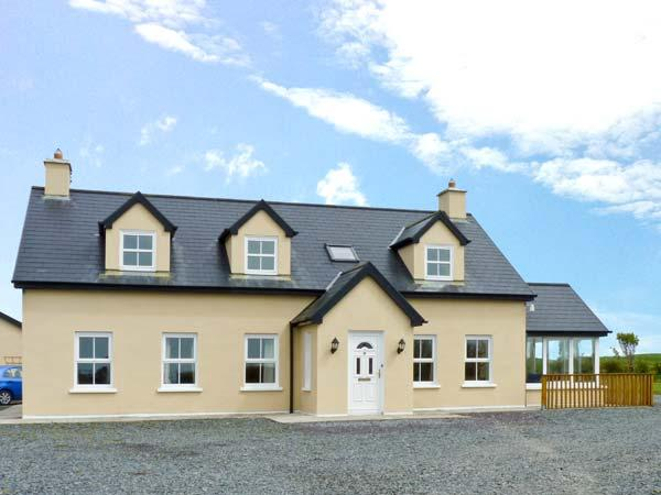 THE LOOKOUT open fire, coastal views, off road parking, near Skibbereen Ref. 25627 - Image 1 - Skibbereen - rentals