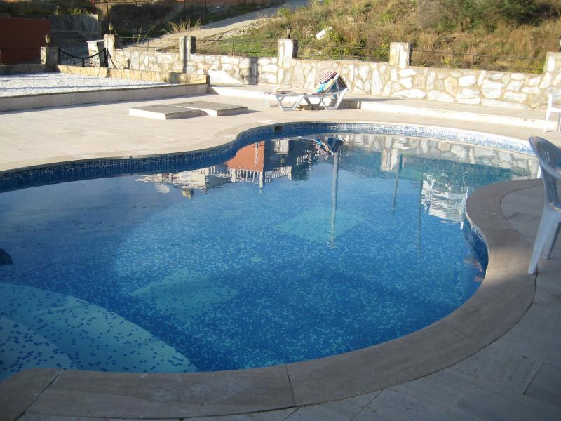 Private Pool and paved gated garden, late November! - Beach/Cafe/Bar 10 min walk shop 5 min 5 bed 5 bath - Alanya - rentals