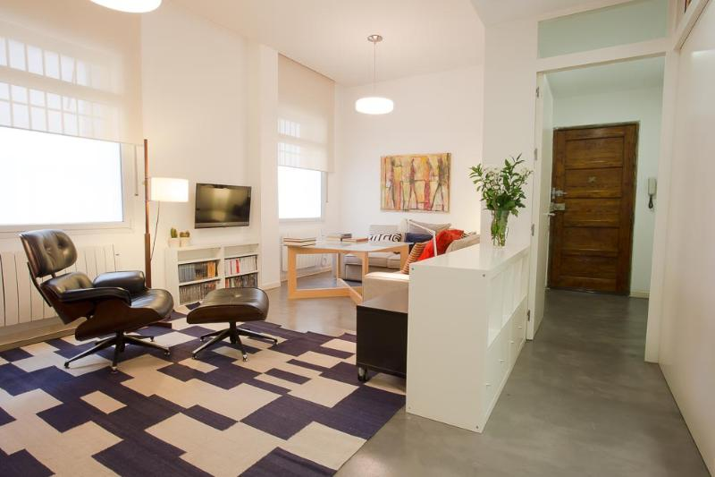 Living Room and entrance - Modern 2 bedroom apartment in the heart of Juderia - Seville - rentals