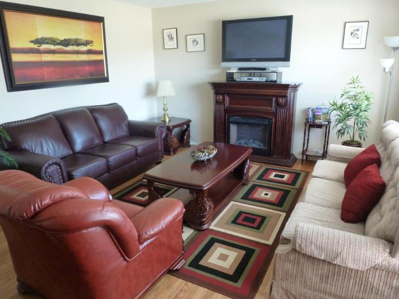"Beautiful Comfortable Livingroom with Plasma TV - Beautiful ""Legal"" Penticton Vacation home = Home away from home - Clean & situated near everything!!! - Penticton - rentals"