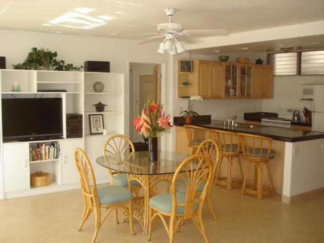 Dining area, Kitchen - Spacious Condo Across from Beach - Kihei - rentals