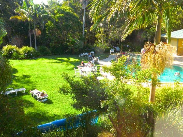 Pool and garden - Treetops Lakeside Apartment - Byron Bay - rentals