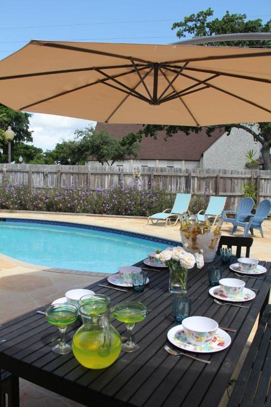 Outdoor paradise. Table seats 8 - Tropical PAradise in the Heart of the Cove - Deerfield Beach - rentals