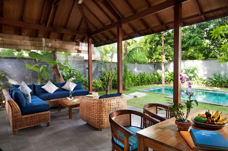 Living room and swimming pool - Deluxe Tropical 1 bedroom pool Villa by Mango Tree Villas - Jimbaran - rentals