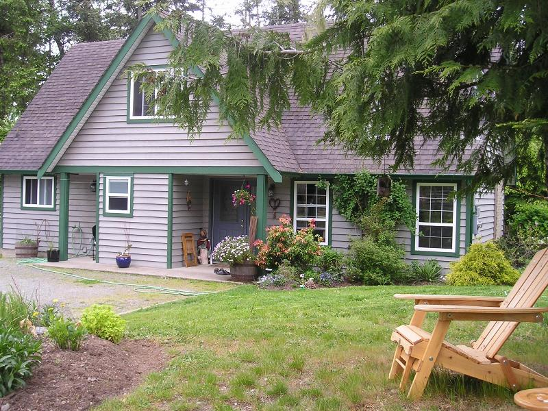 Beautiful unique cottage hidden 100 metres from main road....  - Hide & Seek..return to nature in Sooke for weekend - Sooke - rentals