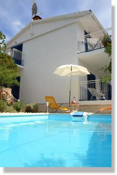 private swimming pool (with water heaters, hydromassage, solar shower, toys and other equipment) - Apartment + pool, 30m from beach on a quiet island - Kaprije - rentals