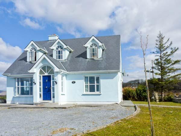 CLOONADOON LODGE, pets welcome, lake views, en-suite bedrooms, enclosed garden, near Carraroe, Ref 23838 - Image 1 - Carraroe - rentals