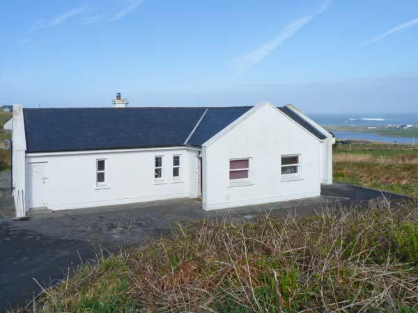 MONTBRETIA LODGE, beautiful views, en-suite facilities, open fire, in Louisburgh, County Mayo Ref. 25090 - Image 1 - Louisburgh - rentals