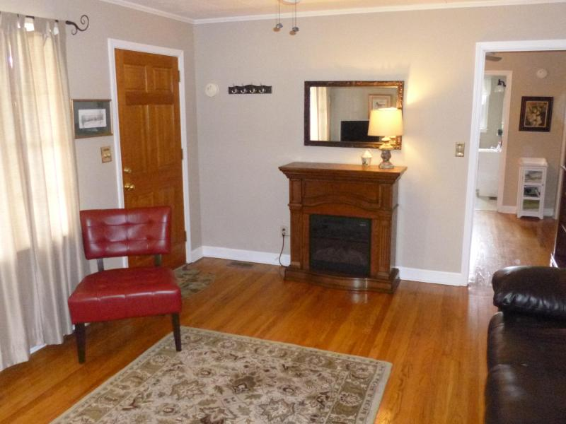 Hardwood floors and cozy fireplace - Fabulous in the North Carolina Foothills - Lenoir - rentals