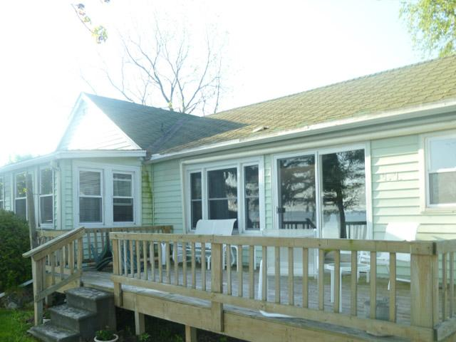 outside of cottage with view of deck - Lake Ontario Cottage-60 mins Niagara Falls     #RO - Lyndonville - rentals