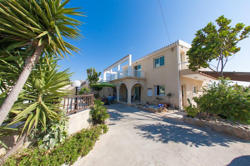 View of the front garden and parking area ! - Villa sea shells - Paphos - rentals