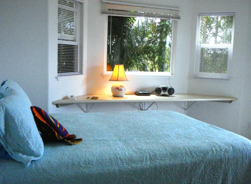 Light, Breezy, Master Bdrm, with TV, stereo, ocean and garden views. This room connects to the bathroom. - Ocean/Garden Views in Beautiful Kailua-Kona - Oregon - rentals