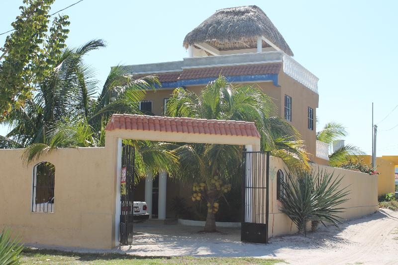 Front entrance to yard and house  - Casa Maya Chelem, Yucatan - Chelem - rentals