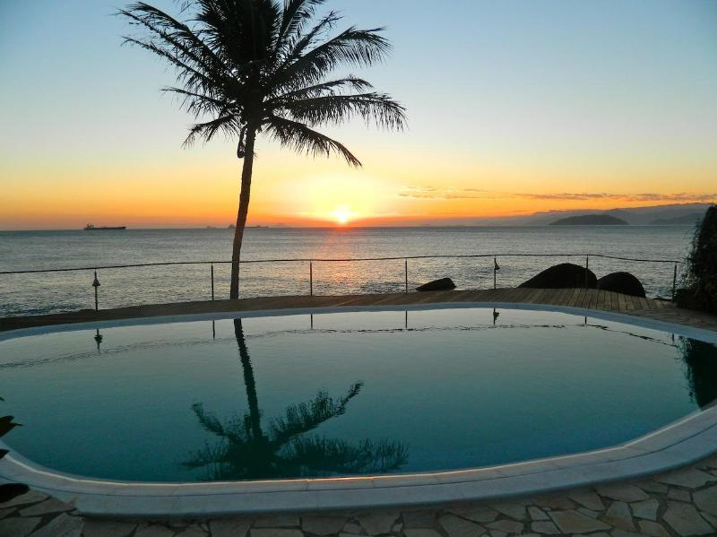 sunset at the swimming-pool - charming SUITES-BANGALOW on the seashore (Sol-Lua) - Ilhabela - rentals