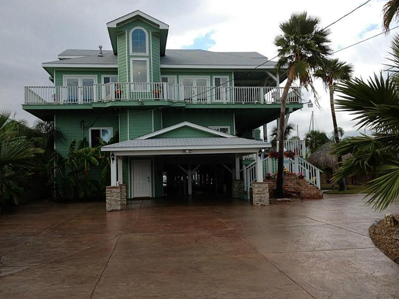 Gated Drivaway - Immaculate Dickinson Bayou Waterfront Property 3 Boat Docks, Fishing Pier, Jet Ski, Tropical Paradise - Dickinson - rentals
