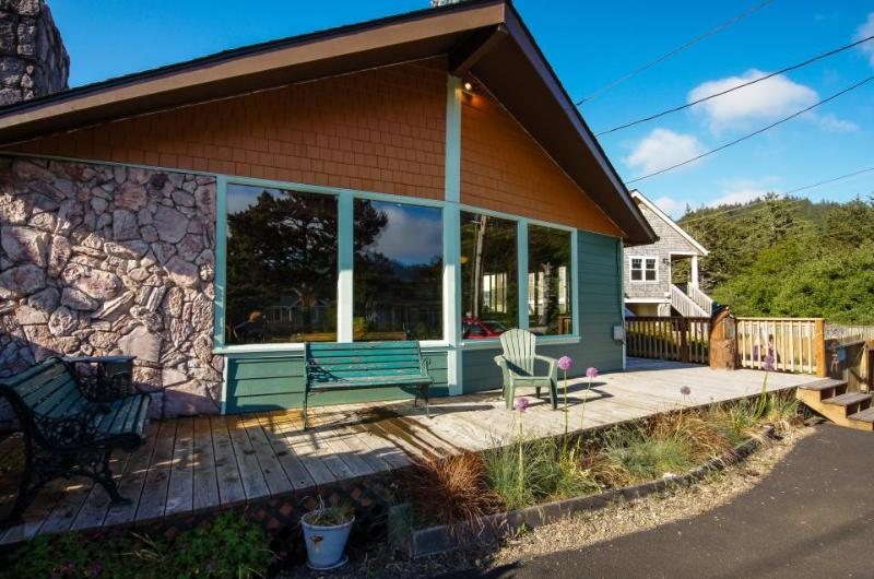 Charming vintage house w/ tranquil garden, just two blocks from the beach! - Image 1 - Neskowin - rentals
