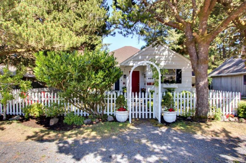 The Royal Rose Cottage - Image 1 - Cannon Beach - rentals